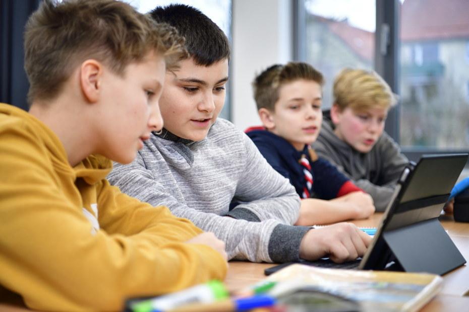 Schüler schauen auf Vertretungsplan
